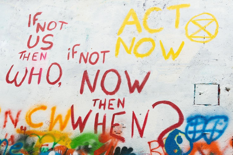 Buntes Graffiti an einer Hauswand