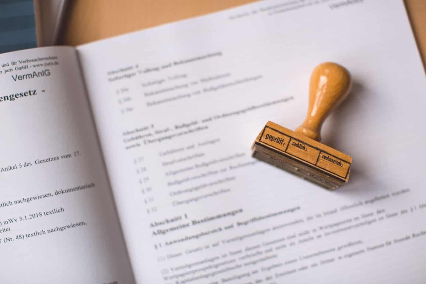 Dokument mit geprüft Stempel